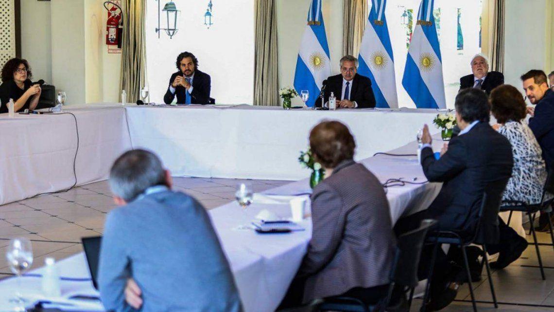 Fernández se reunió con comité de expertos: Hay que abrir poco