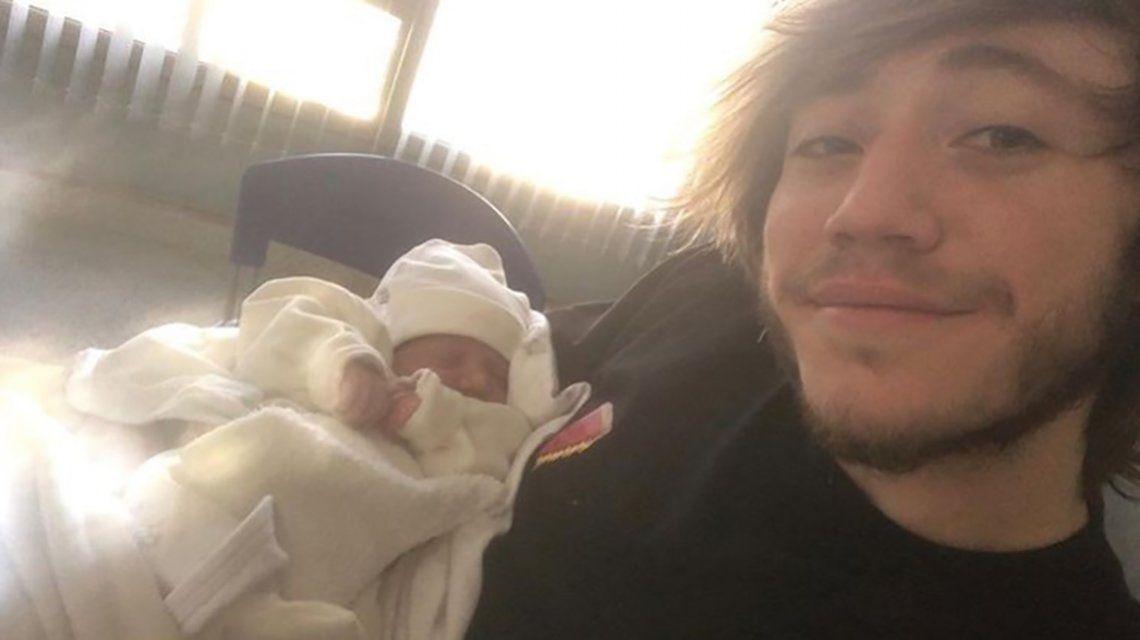 Paulo Londra fue papá y compartió una tierna foto con su hija en brazos: Hora de cambiar pañales