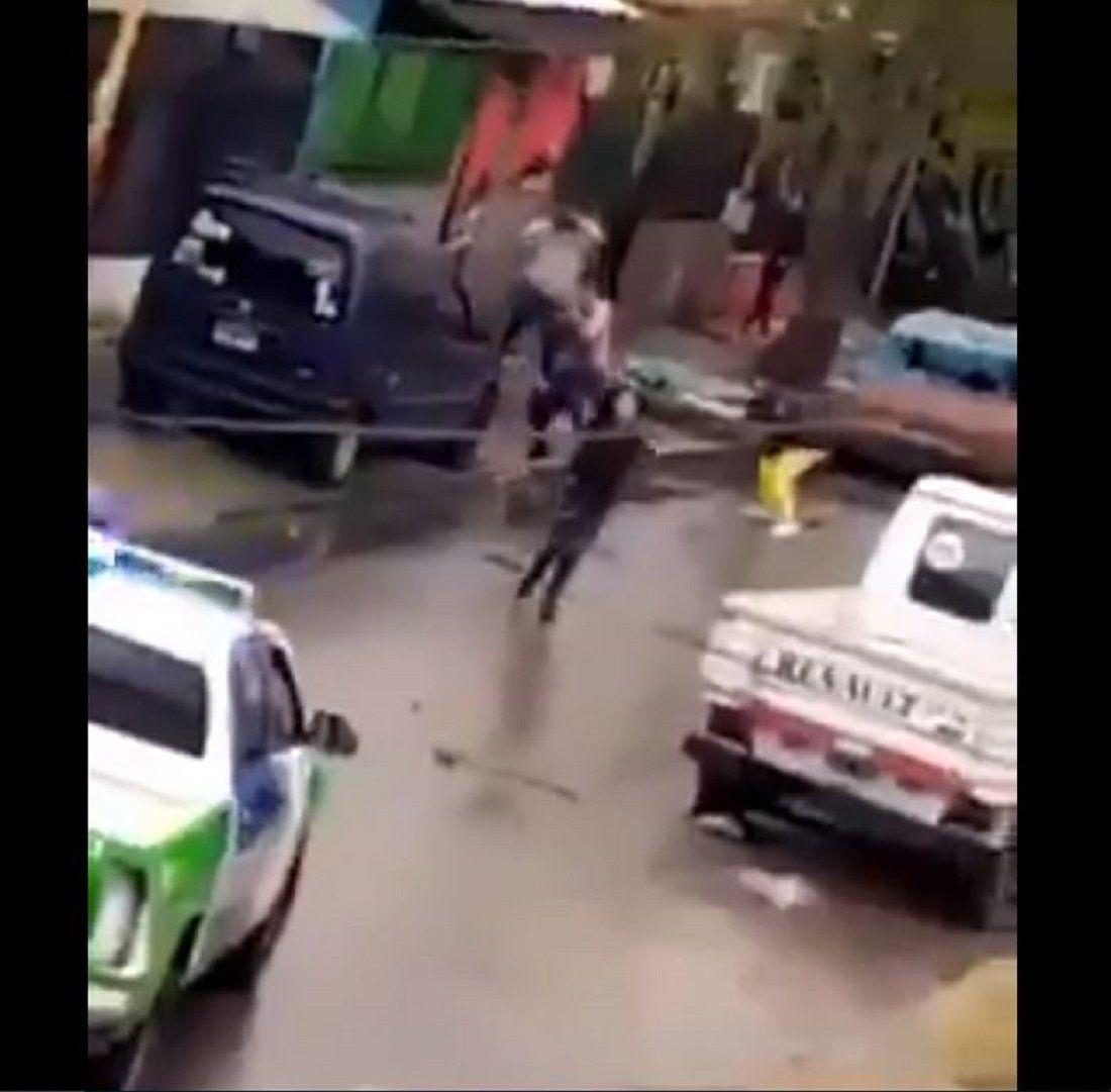 Tres de febrero: vecinos enfrentan a la Policia, le roban sus armas y les disparan