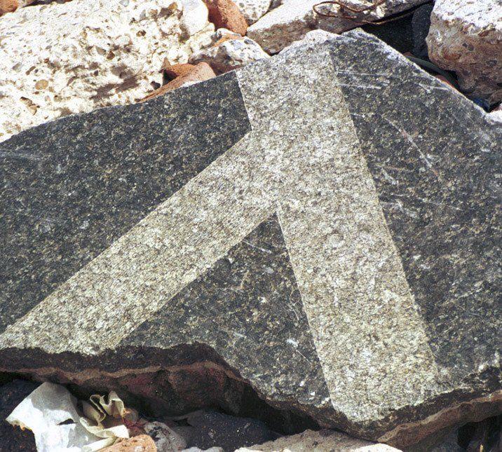 Los bloques de mármol que fueron parte de la fachada del viejo edificio.