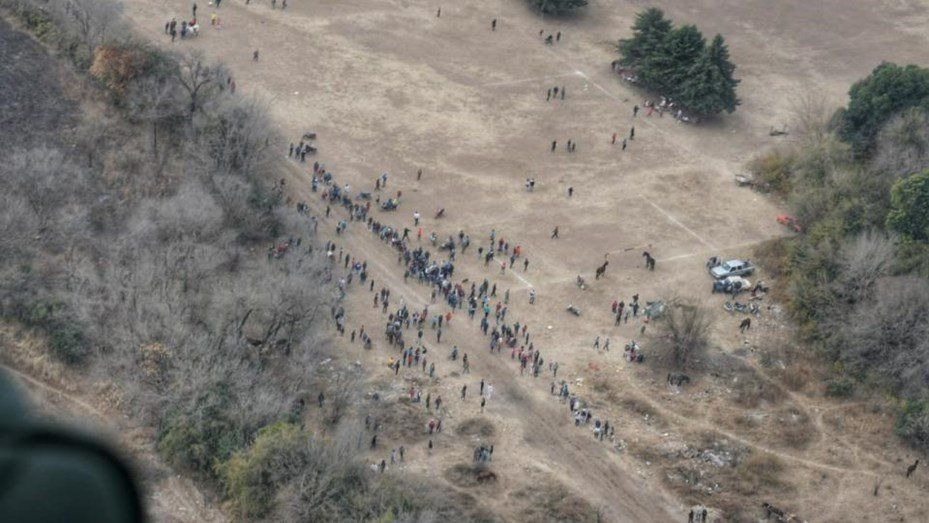 Córdoba: un helicóptero dispersó a 100 personas en una carrera de caballos clandestina