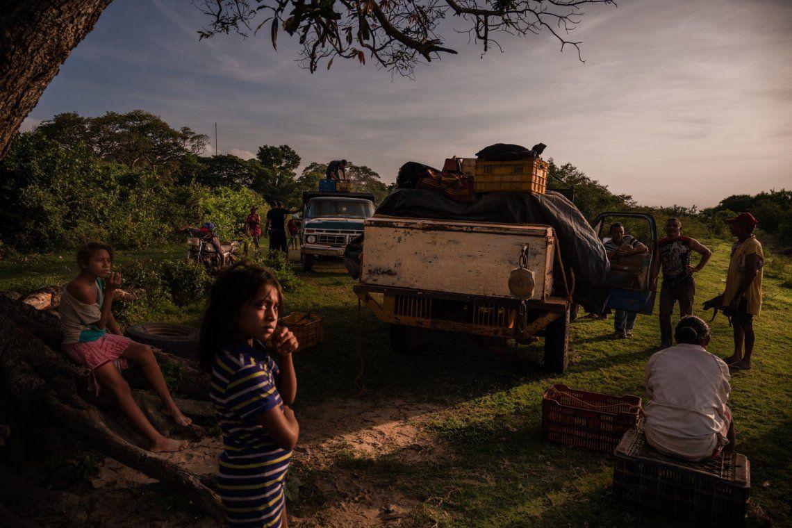 Mayerlin Barasalte y su hermana esperan que los pescadores regresen en Parmana