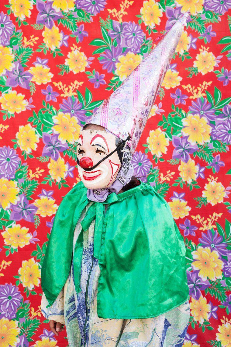 Retrato de un payaso bailando con un disfraz de la pandilla Cuadrilla de Juquilita en Coatepec