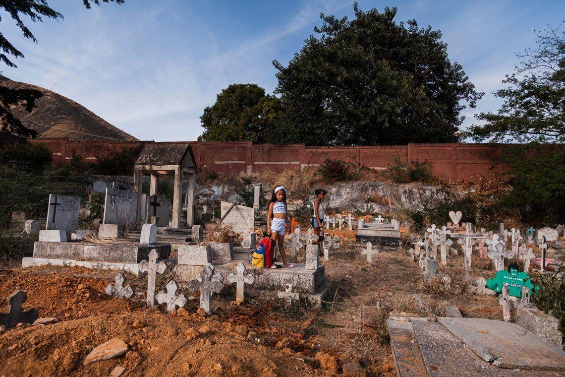 Una niña llora frente a una fosa común mientras un familiar está enterrado en Carabobo