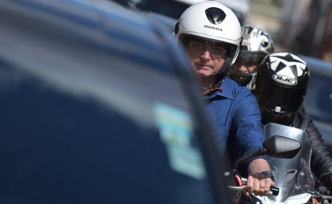 Bolsonaro circuló ayer en motocicleta por una avenida de Brasilia tras ser dado de alta y ser negativo en Covid.