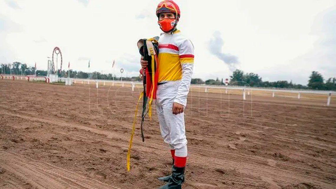 Con tapabocas, volvió el turf en Tucumán