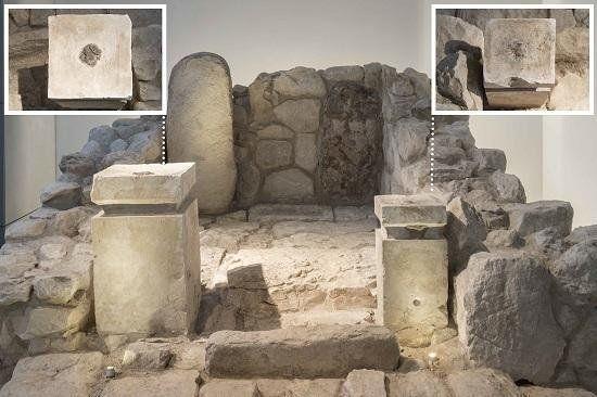 Frente del santuario de Arad, reconstruido por el Museo de Israel, y vista superior de los altares donde se puede ver el residuo negro de cannabis, incienso y grasa animal