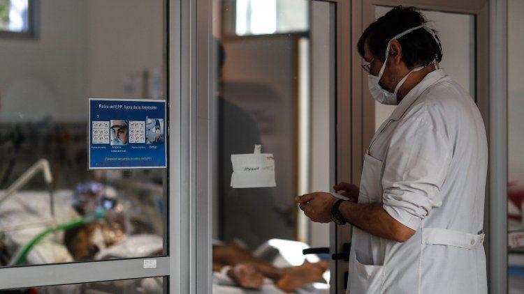 Un facultativo recorre las salas en el hospital El Cruce, de Florencio Varela.