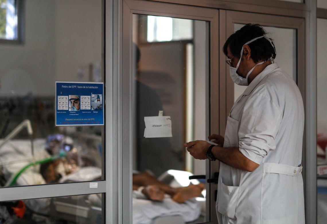 Un facultativo recorre las salas en el hospital El Cruce