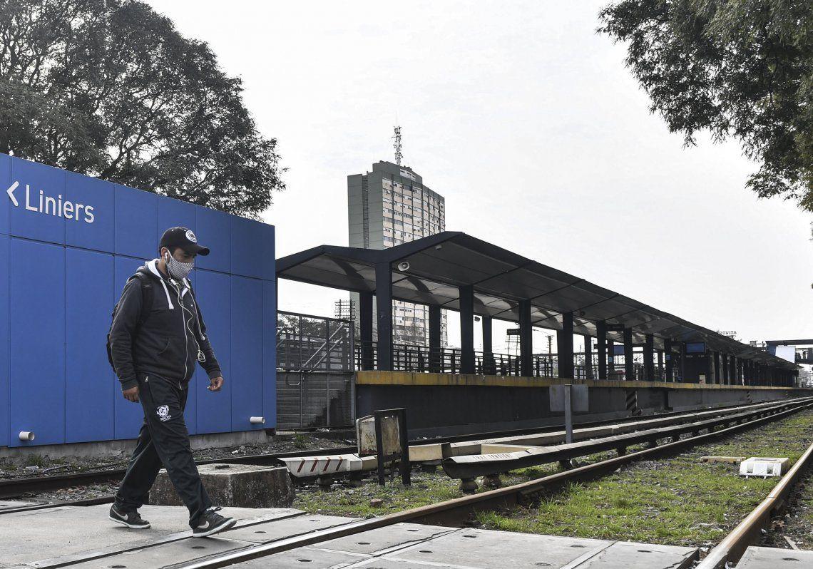 Las estaciones del Sarmiento lucieron vacías durante la jornada de ayer.