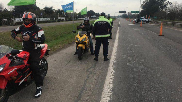 Picada en Ruta 2: detienen a más de 30 motociclistas que violaron cuarentena