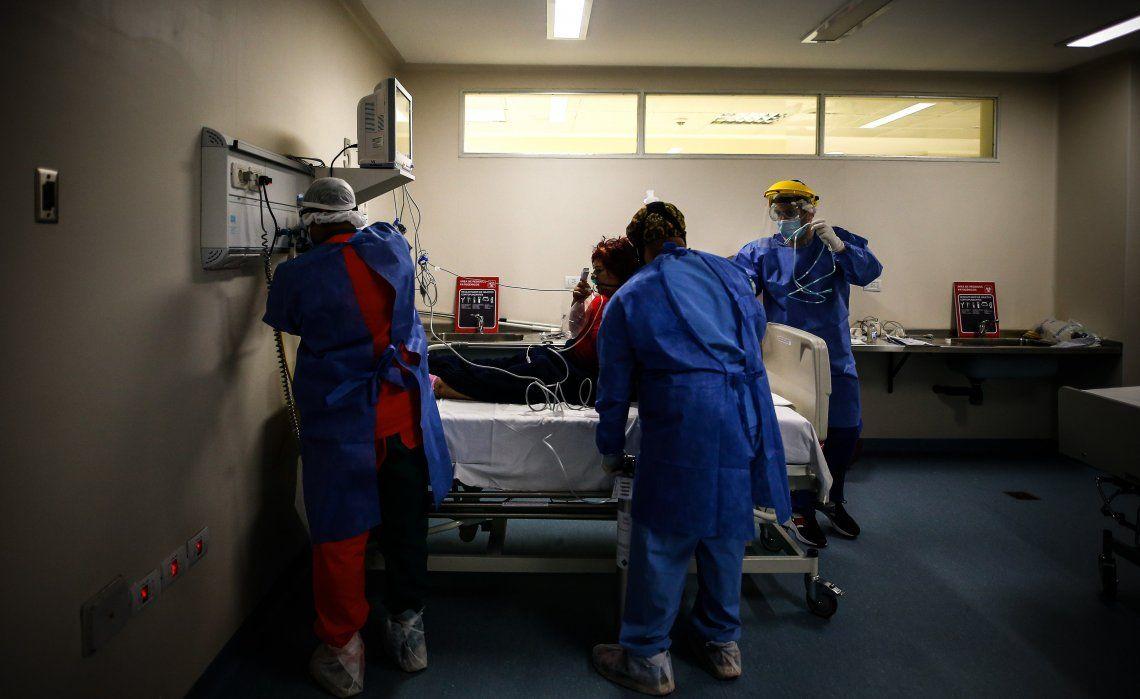 Alistan una cama de terapia intensiva para un paciente con coronavirus.
