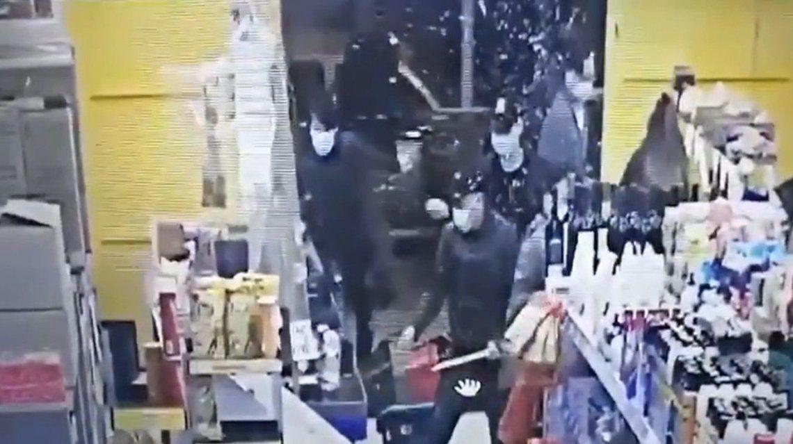 Video | Así fue el ataque de la mafia china en un supermercado de La Plata
