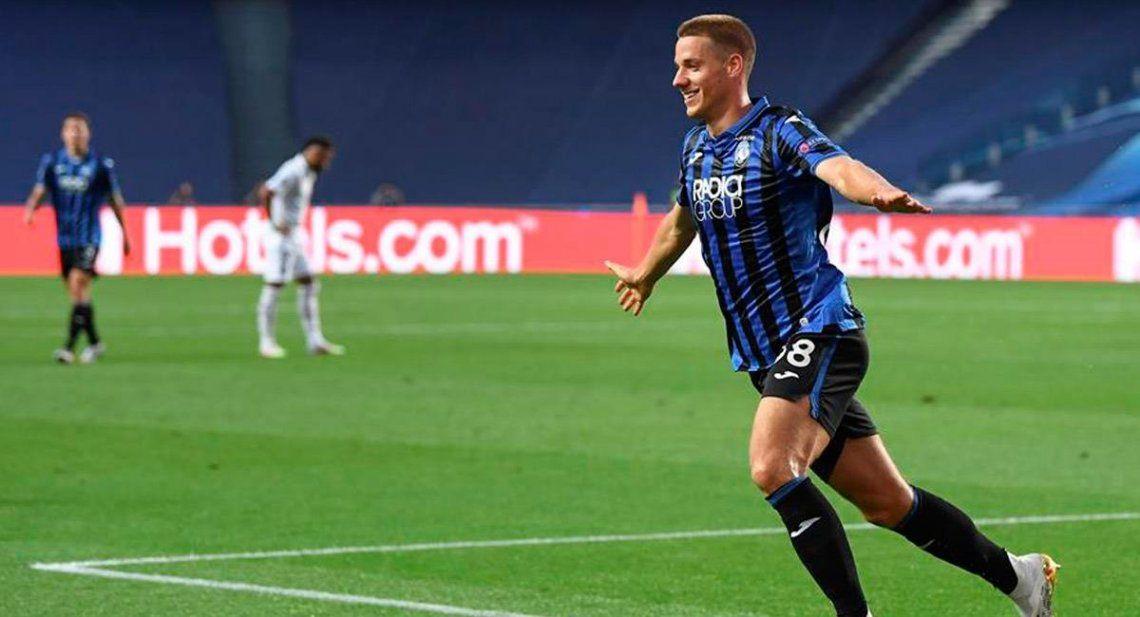 El delantero Mario Pašalić del Atalanta festeja su gol al PSG con el que gana el primer tiempo