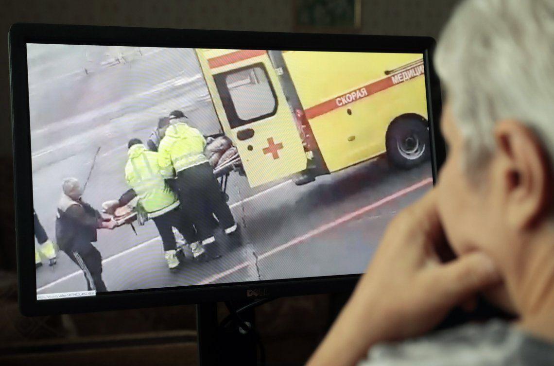 Una mujer mira el video del traslado de Navalny al hospital donde lo internaron.