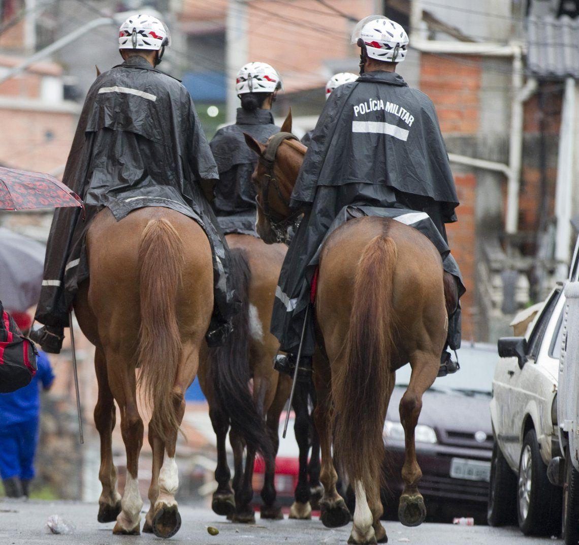 Policía montada para custodiar los barrios más empobrecidos.