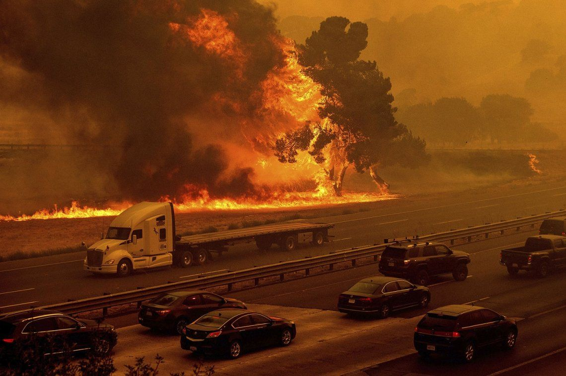 Sin control: otros 18 focos de incendios y miles de evacuados en California