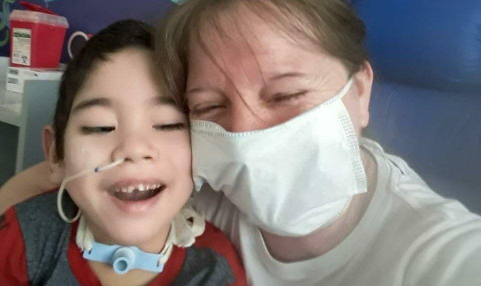 Tobías con su abuela Stella Maris. Su familia está desesperada por conseguir los respiradores.