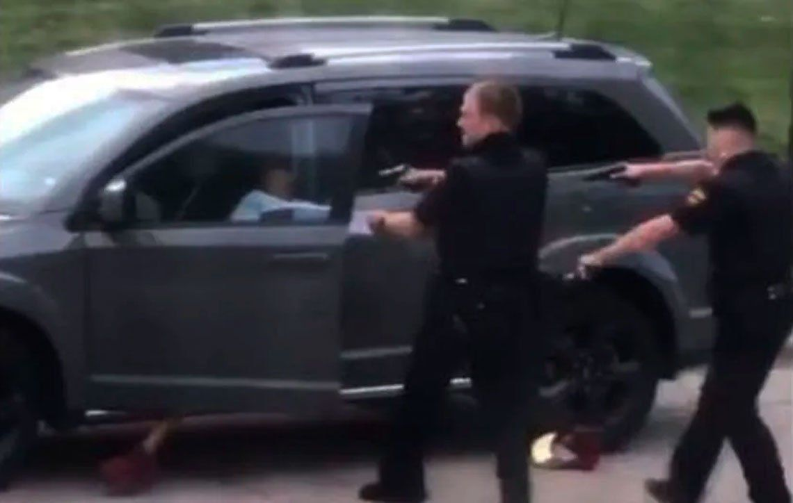 Policías le disparan varias veces por la espalda a un hombre afroamericano