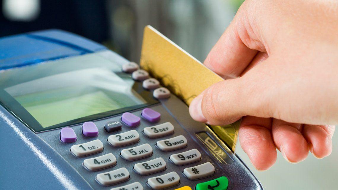 Jubilados y AUH: prorrogan el reintegro del 15% por compras con débito