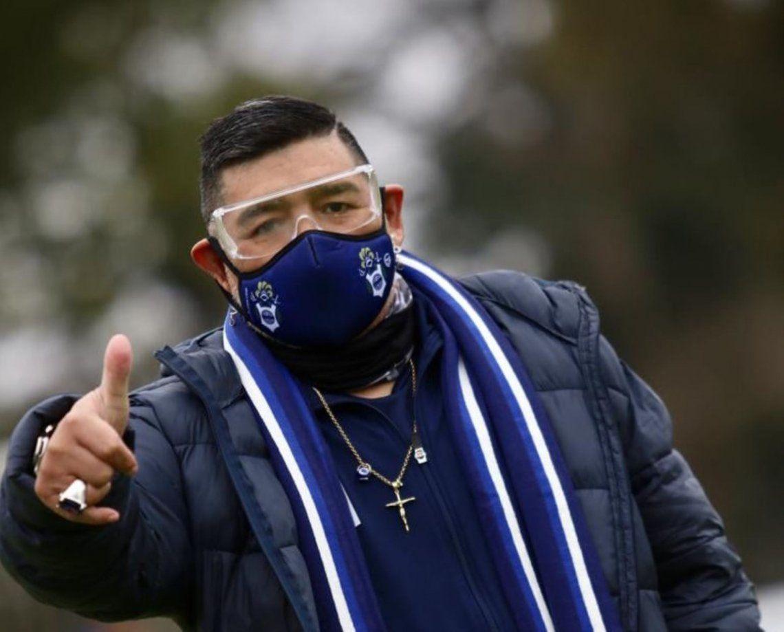 Maradona se presentó por primera vez en el entrenamiento de Gimnasia