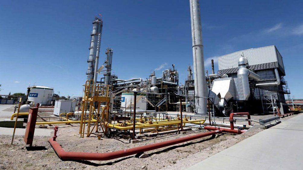 Detienen a banda que robaba petróleo, lo refinaba y vendía el combustible a estaciones de servicio