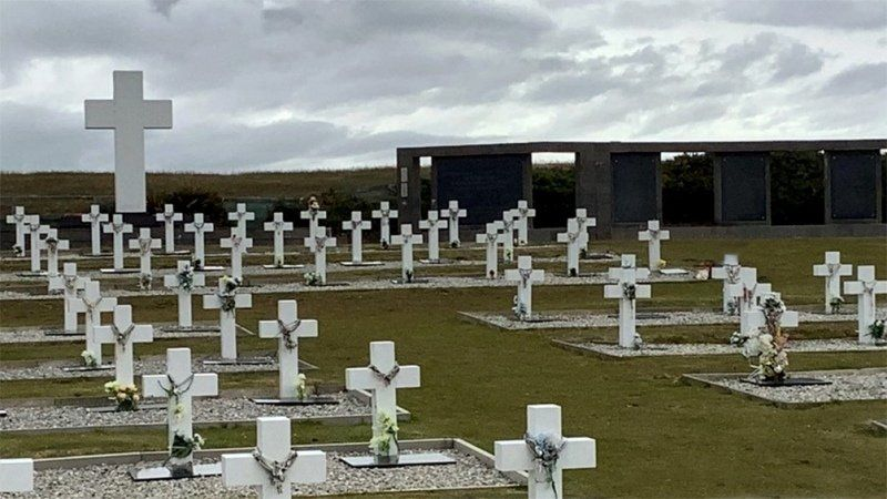 Acuerdo con el Reino Unidos para seguir identificando cuerpos en Malvinas