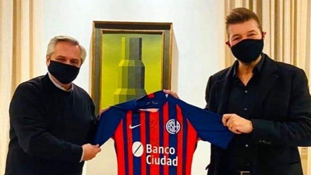 Alberto Fernández recibió una camiseta de San Lorenzo que le llevó Tinelli