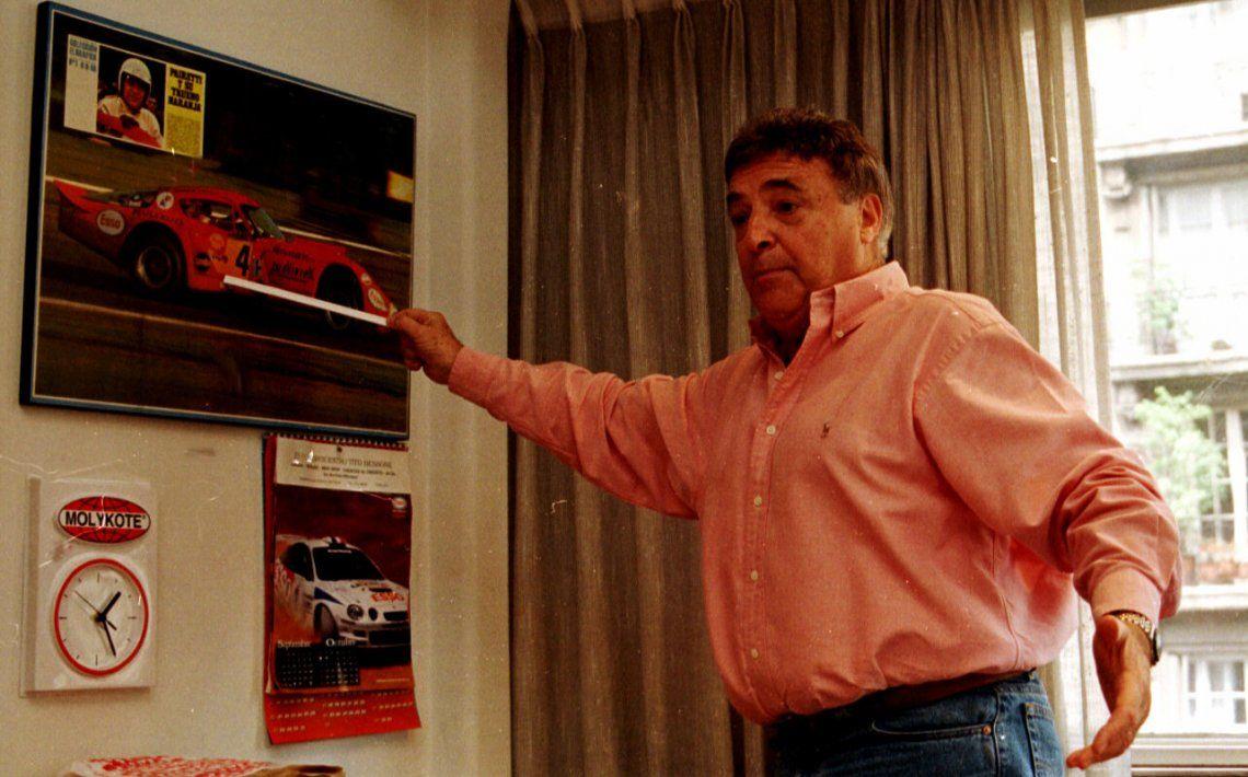 Pairetti en 1997 señalando al bello Trueno Naranja.