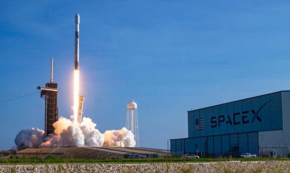 SpaceX lanzó 60 satélites para su proyecto de internet súper veloz y global