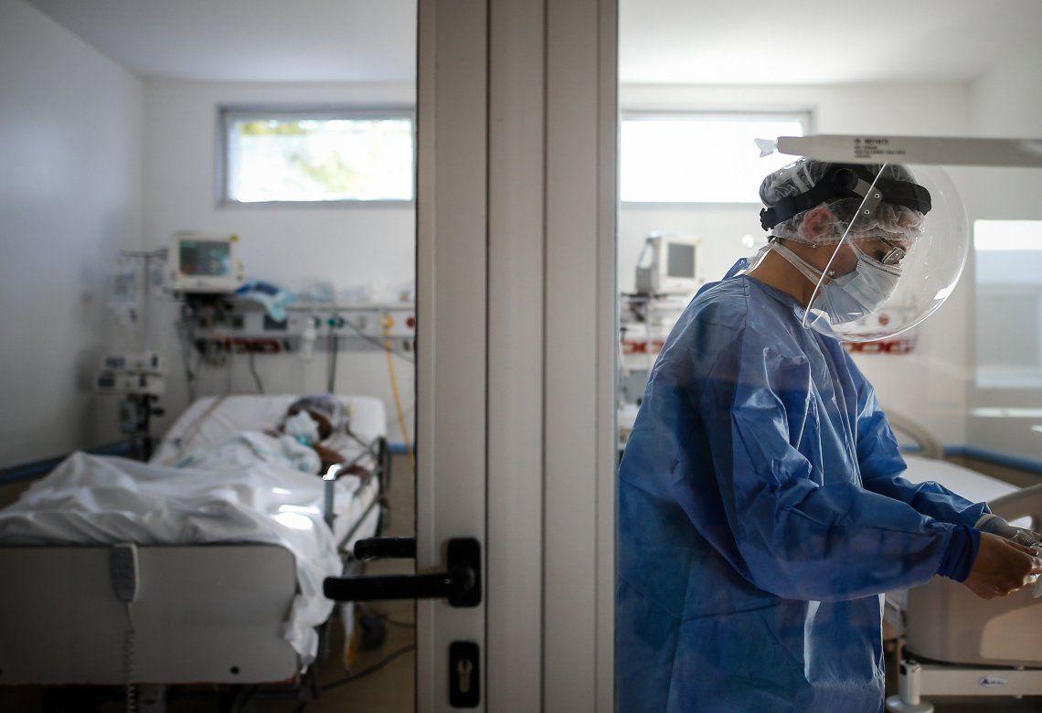 Una profesional de la salud atiende a un paciente con coronavirus.
