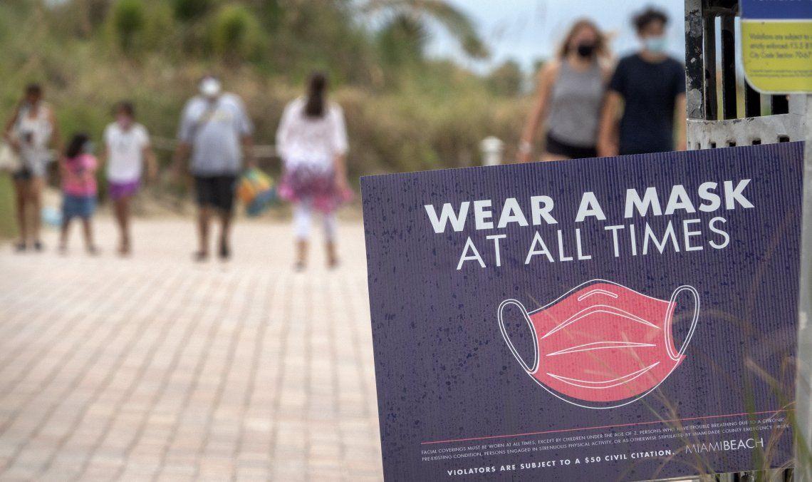 En las playas de Florida se les pide a los bañistas usar tapabocas todo el tiempo