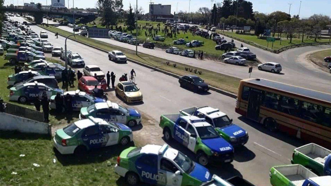 Fuerte protesta de policías de la región en Cruce Varela