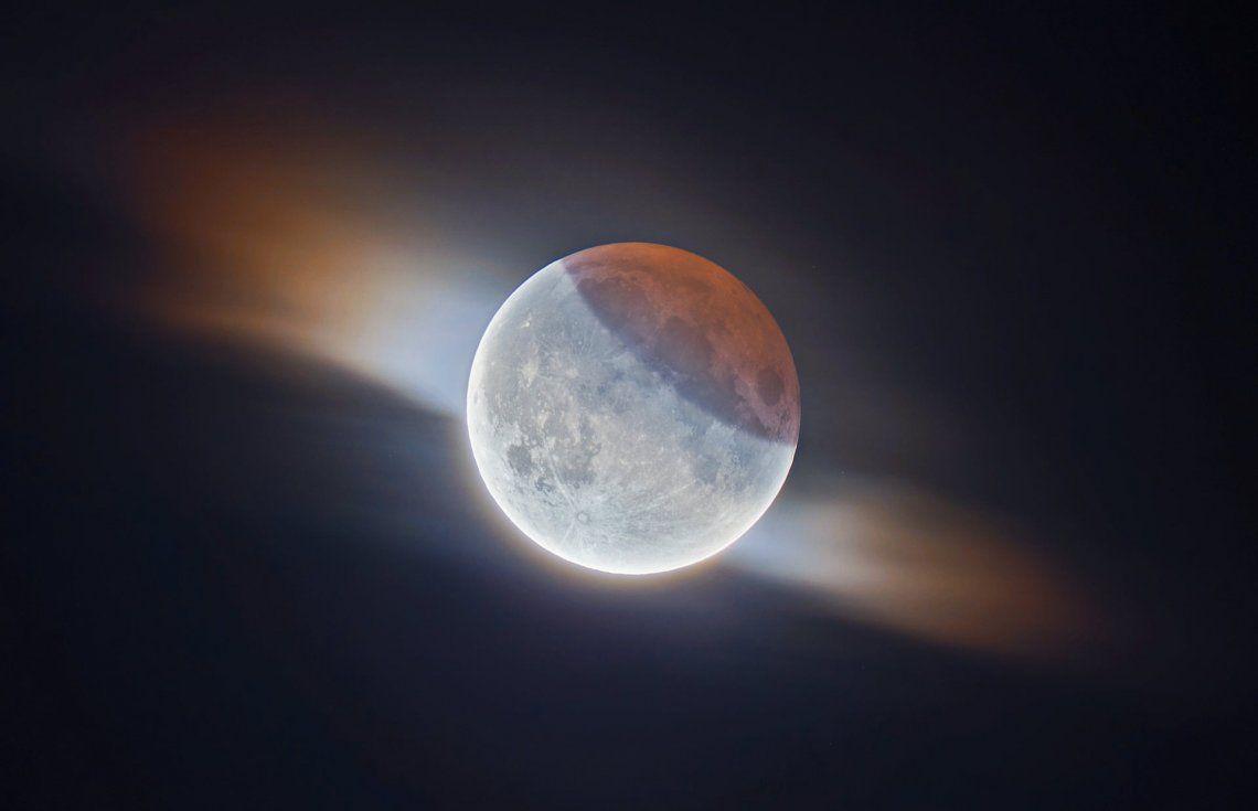 Segundo categoría nuestra luna: Eclipse Lunar Parcial con Nubes por Ethan Roberts (Reino Unido)