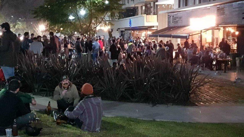 La gente se volcò a los bares y restaurantes que pusieron mesas en las calles habilitadas desde hoy en 8 zonas de la ciudad de Buenos Aires