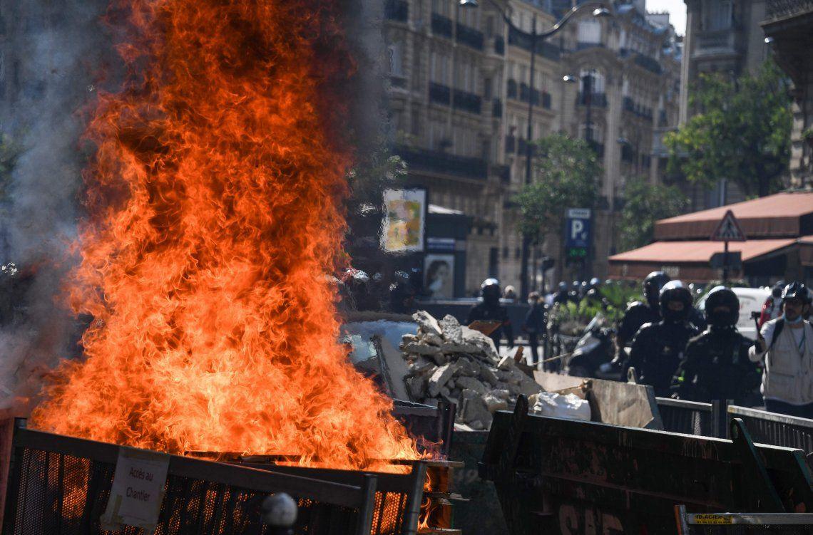 Barricadas con fuego a modo de protesta en calles de París.
