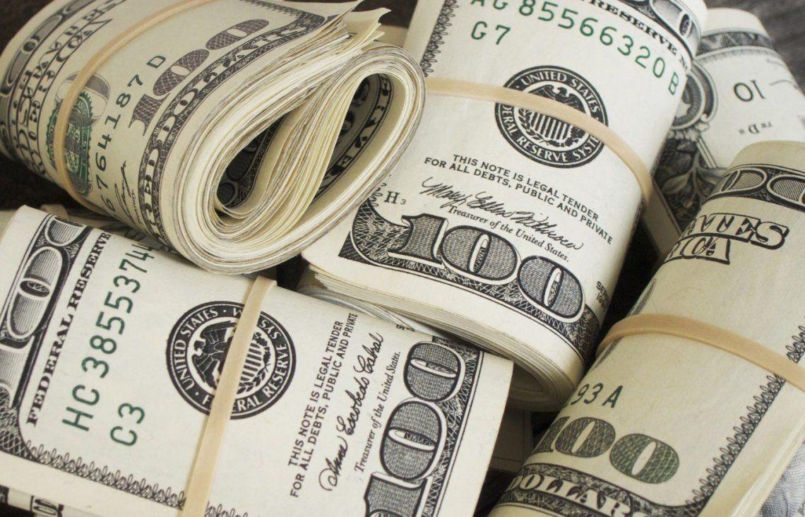 Tras las restricciones a la compra, los bancos no venden dólares y subió el blue