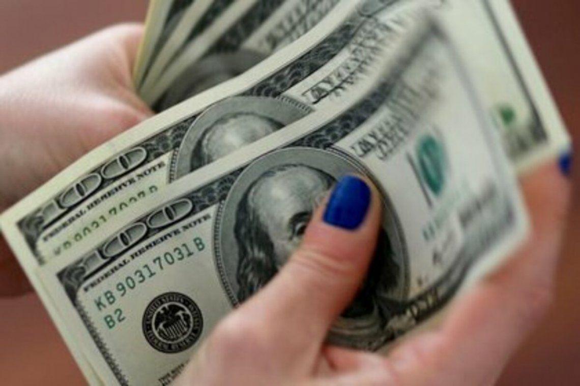 El blue saltó a $145 y el riesgo país subió 5,8%