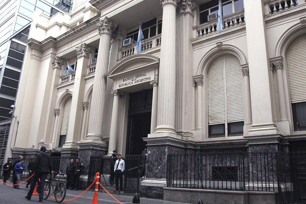 No hay impedimento para que los bancos vendan los 200 dólares, asegura el Central
