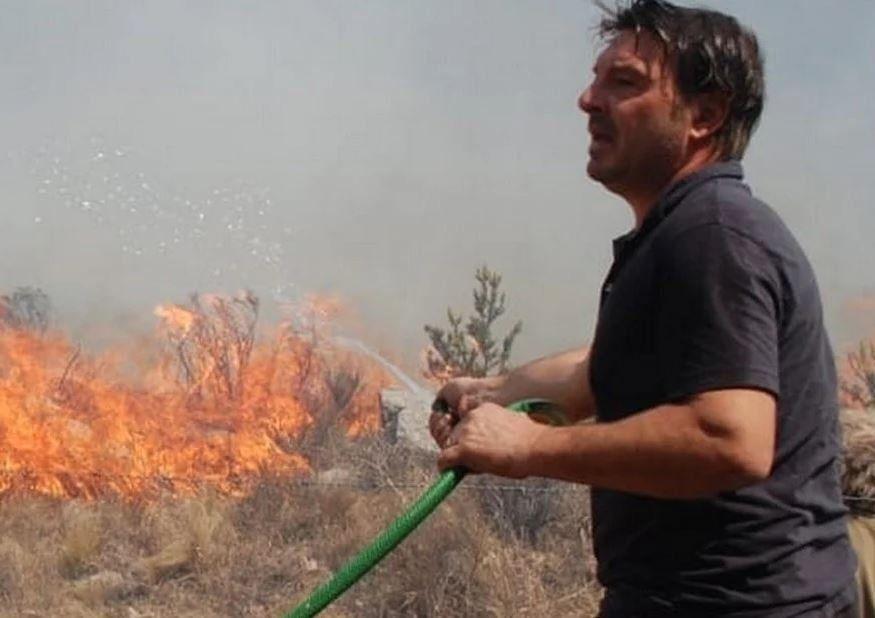 Incendios forestales: la dramática lucha del actor Damián de Santo contra las llamas que rodean sus cabañas