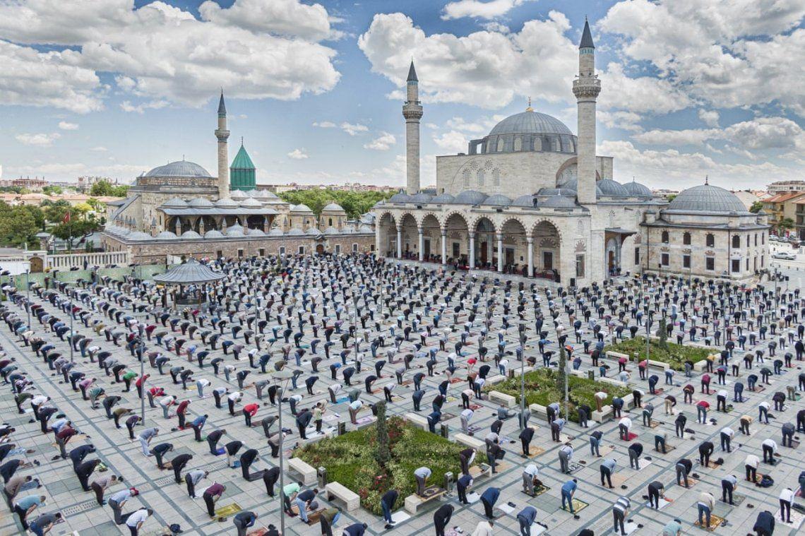 Los musulmanes realizan las oraciones con distancia social