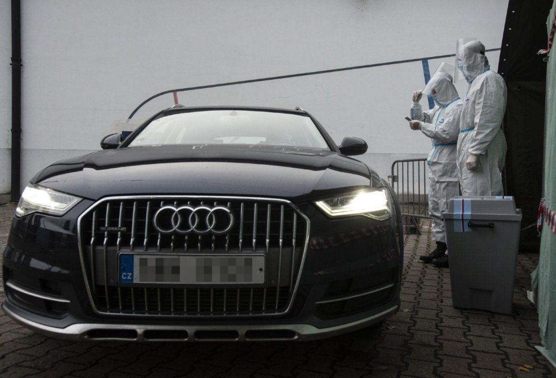 República Checa: contagiados votan desde el auto en las elecciones