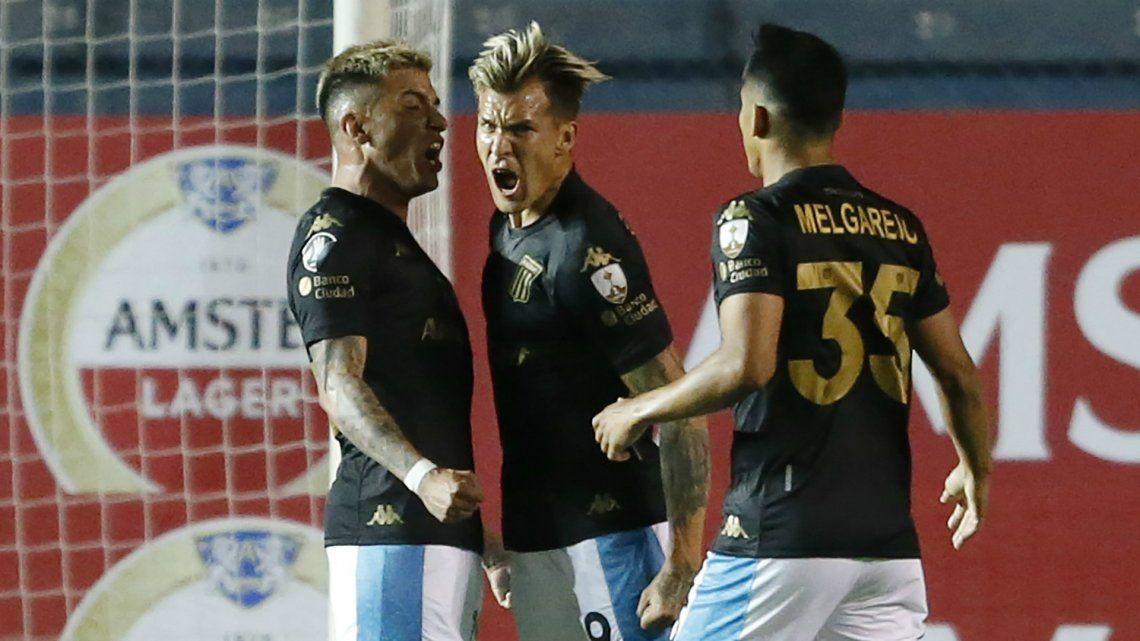 Copa Libertadores: en un partido caliente, Racing derrotó a Nacional y se clasificó a octavos
