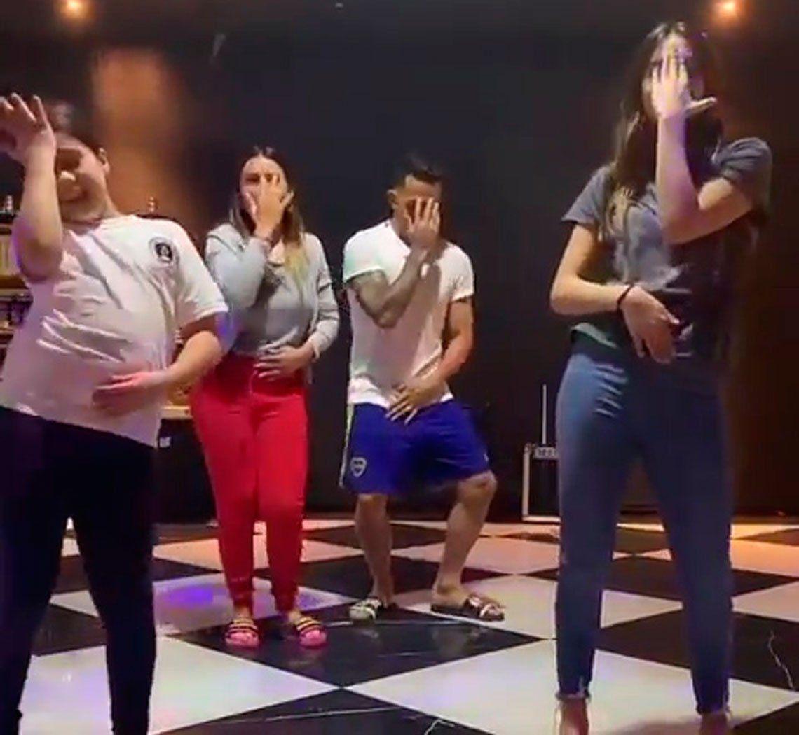 El divertido bailecito de Carlos Tevez junto a su familia que es furor en las redes