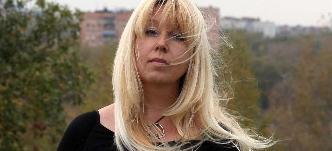 Impactante: periodista rusa se quema a lo bonzo frente al edificio de la policía