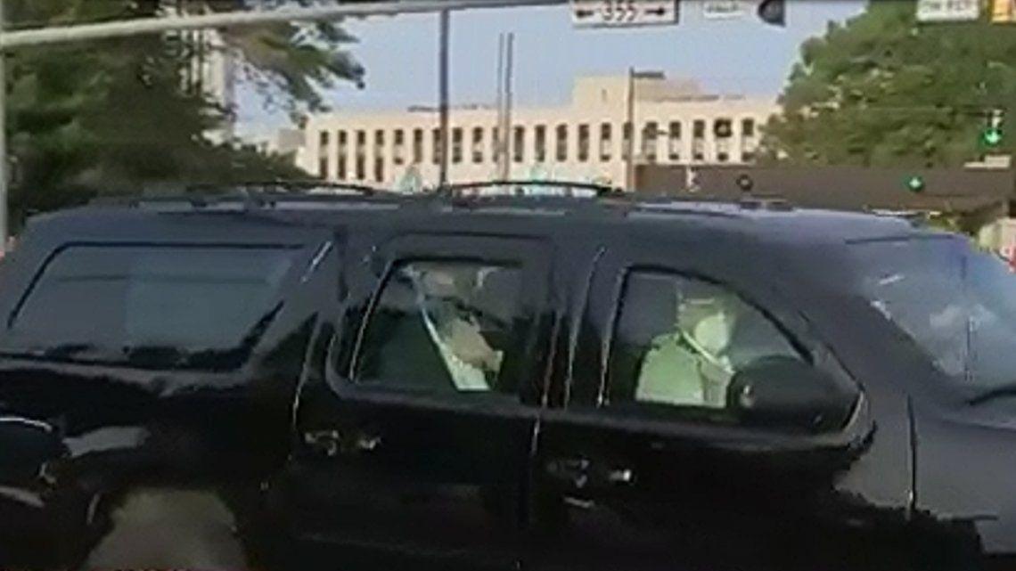 Donald Trump saludó a sus seguidores afuera del hospital