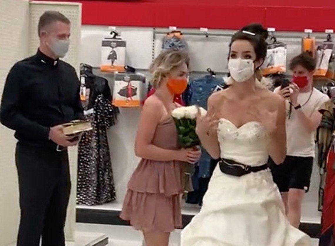 Vestida de novia y con un cura, apuró a su novio para que se casen