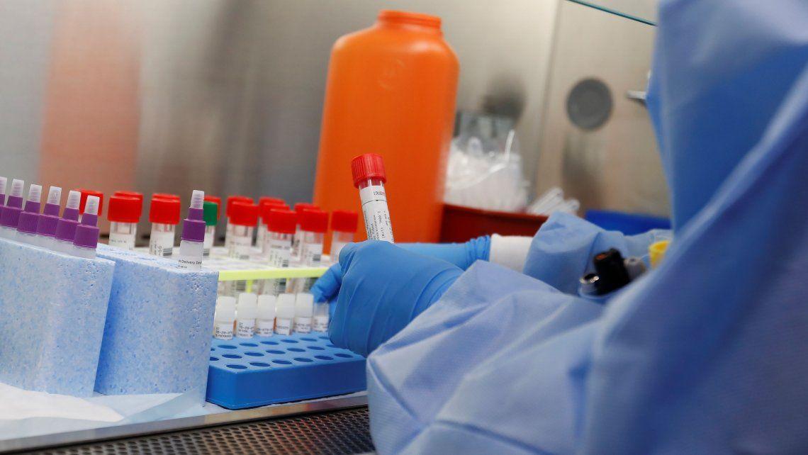 Johnson & Johnson suspendió los ensayos de su vacuna contra el Covid-19