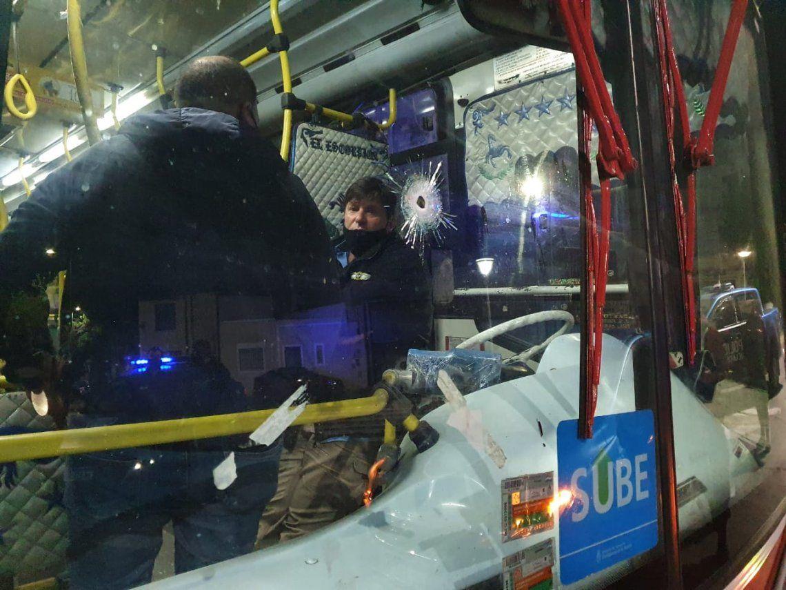 Una oficial de la policía porteña se enfrentó con dos delincuentes armados dentro de un colectivo de la lían 47 y mató a uno de ellos