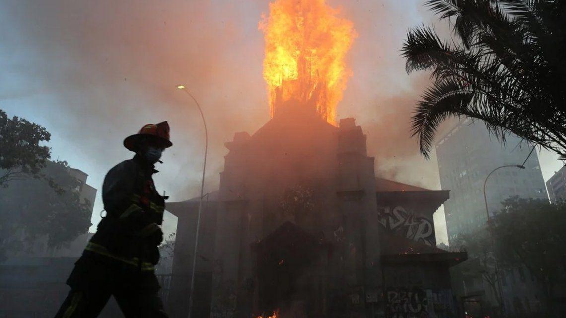 Protestas sociales en Chile: queman dos iglesias y saquean comercios